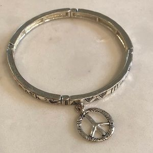 Jewelry - Stretch bracelet in silver with peace sign charm